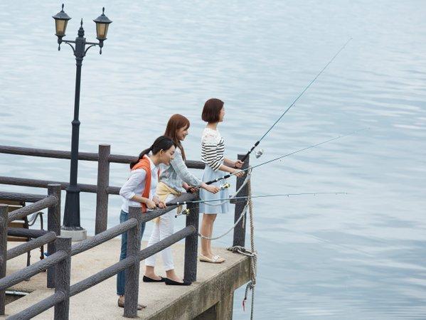 多田屋館内桟橋にて海釣りをお楽しみいただけます(おきあみ付き釣り竿1セット1,320円税込)