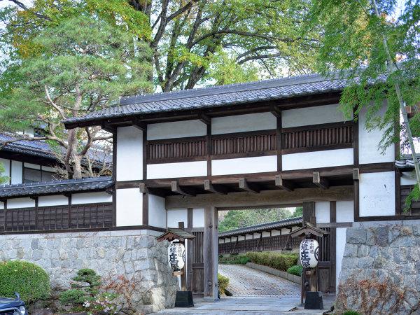 【旅籠 庄屋】かけ流しの天然温泉を貸切で楽しむ。趣のある民家造りの小さな宿