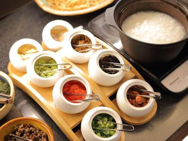 朝食バイキングおかゆは8種類の薬味を添えて。
