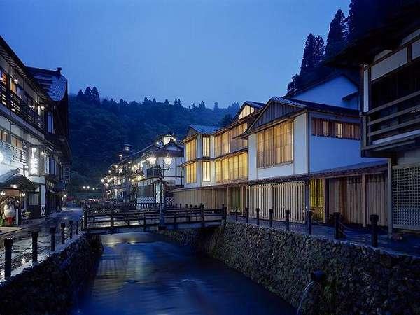 400年の歴史を持つ銀山温泉。その中心に佇む木造3階建ての宿。