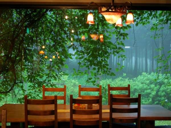 ご夕食はアンティークランプが灯るロマンチックな別棟「自然レストラン」にてコース料理をどうぞ