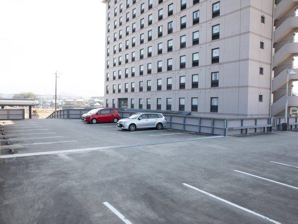 無料の平面駐車場と自走式の立体駐車場はたっぷり140台。 大型車もご利用いただけます。