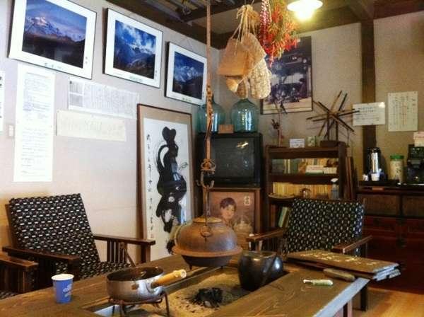 ロビーのお休み処には、囲炉裏テーブルが置かれ、古い百姓屋敷の情緒たっぷり