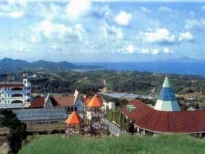 左奥の建物が宿泊施設、左手前にフクシャの温室、右手前のトンガリ屋根が洋食のレストランになります。
