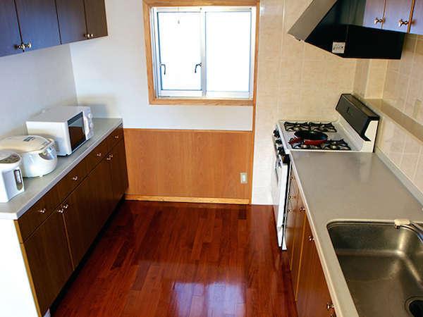 レンジ、ポット、炊飯ジャー完備。その他お皿やお箸など調理器具も揃っています。