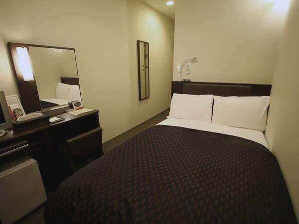 【セミダブル】ベッド幅が120cmのお部屋例です。お二人様でご利用頂けます。