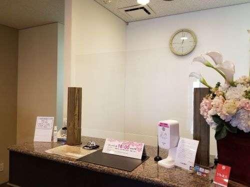 当館では対人距離確保の観点からフロントにアクリル板を置かせて頂いております。