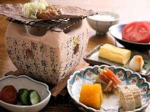 朝食には炭火で焼く朴葉味噌や、出し巻き玉子、飛騨の郷土料理が並びます(一例).