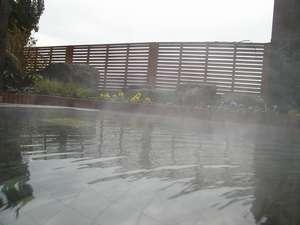 【露天風呂】湯気の向こうには雄大な筑後川が見えます。