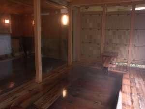 【大浴場併設露天風呂】爽やかな風を感じる露天風呂。木のぬくもりを感じます。