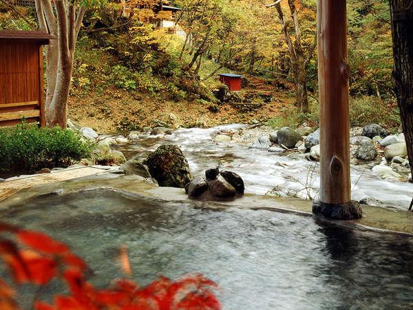 【露天風呂/せせらぎの湯】紅葉シーズンは色とりどりに美しい混浴露天風呂(女性専用時間あり)