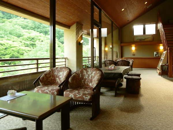 『ロビー』大きな窓からは谷川の自然を一望いただけます。