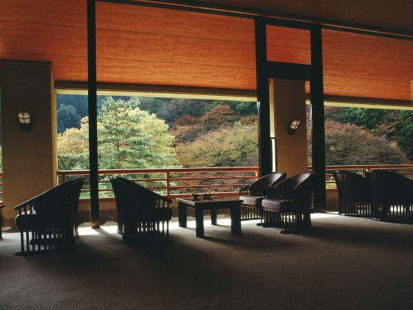 『ロビー』秋には美しい紅葉を眺めます。大きな窓からご覧下さい。