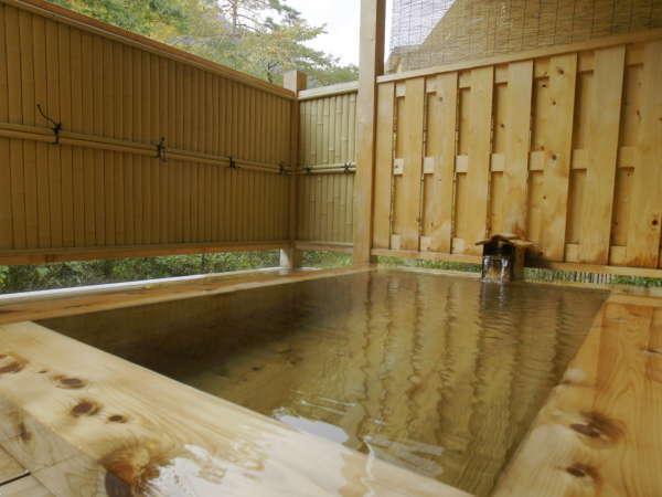 【大浴場【大浴場併設露天風呂】爽やかな風を感じる露天風呂。木のぬくもりを感じます。併設露天風呂】