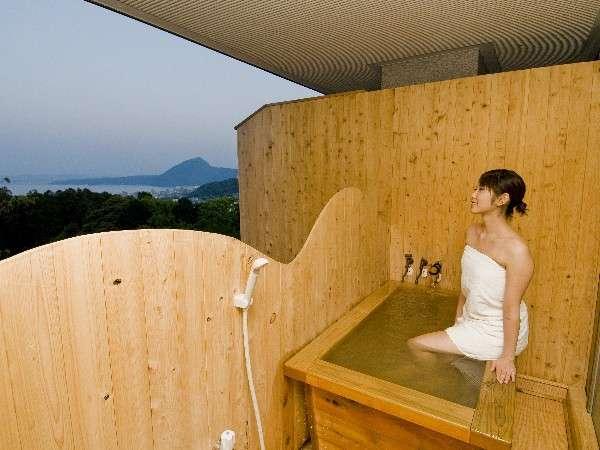 新しくできた客室「扇山」の半露天風呂