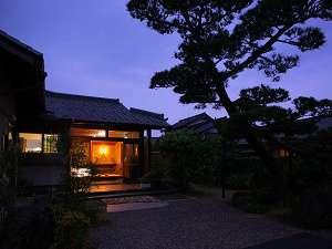夜はお庭をライトアップします