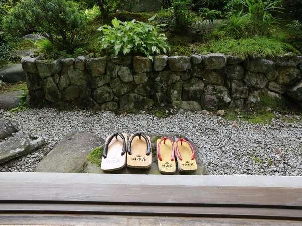 【中庭で散策】
