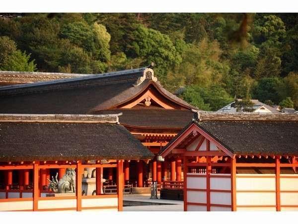 日を浴びた厳島神社朱がきれいです。