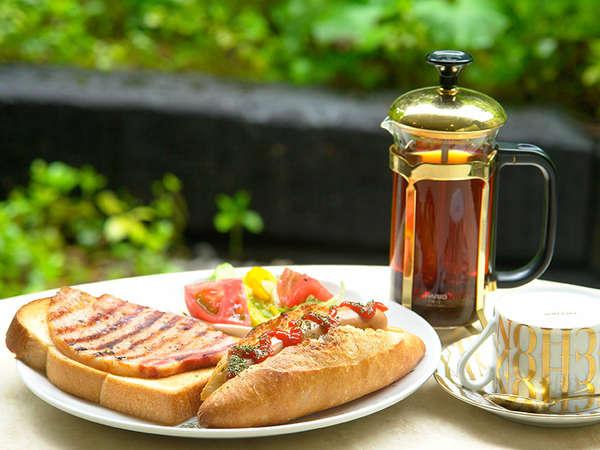 軽井沢の老舗「浅野屋のパン」と「腸詰屋のハム・ソーセージ」を一皿に