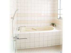 浴室例:全客室浴室はセパレート方式で,洗い場がございます。