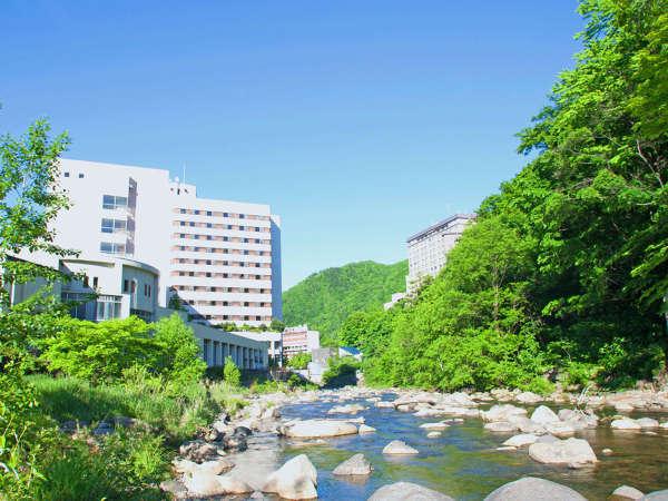 【温泉街と渓流】川のせせらぎの音と新緑をお楽しみください