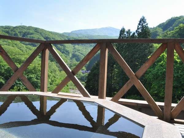 最上階貸切露天!眼下には渓谷と雄大な山々が広がる!