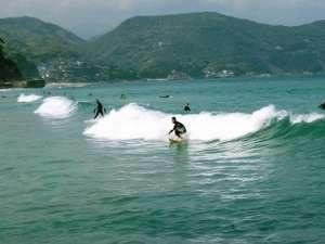 当館より約400mの白浜海岸は1年中、サーフィンやボディボードを楽しむ方が大勢