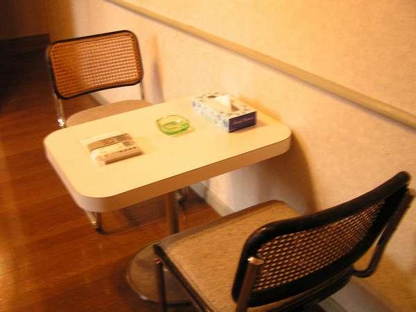 お部屋にはしっかりめの机つき。書き物・お仕事にも便利☆
