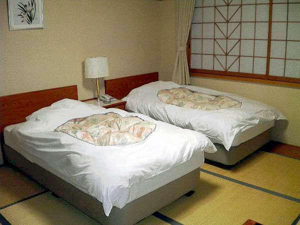 和室にツインベッドを備え付けた『和風ツインルーム』