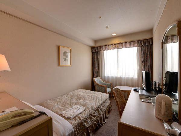 *シングルルーム/清潔感のあるシンプルなお部屋。15平米とお一人でのご利用には十分なスペースです。