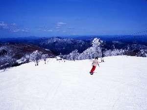 壮大な眺めで雪質もよく人気のある瑞穂ハイランド