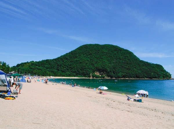 夏の佐津海岸。手入れの行きとどいた美しい砂浜です。