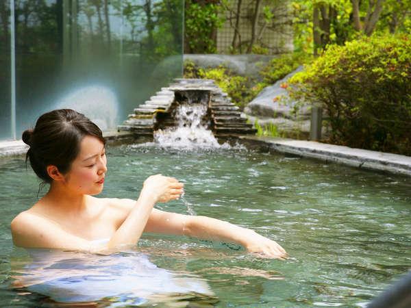 ≪露天風呂≫アルカリ性の柔らかな泉質は、お肌をツルツルにしてくれると評判の美肌の湯