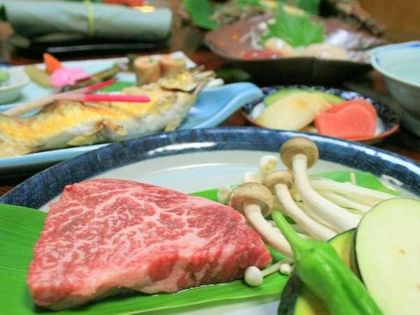 夕食には飛騨牛の陶板焼きをご用意。ご当地牛の味わいをお楽しみください一例