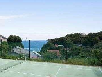 チェックイン・アウト後も使える専用テニスコート1面(要問合せ)。有料の契約コート4面もございます。