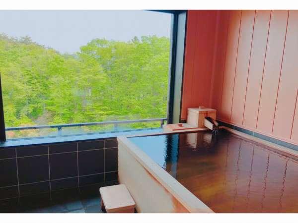 全室100%源泉かけ流し檜内風呂 外の景色を眺めながらのご入浴をお楽しみください