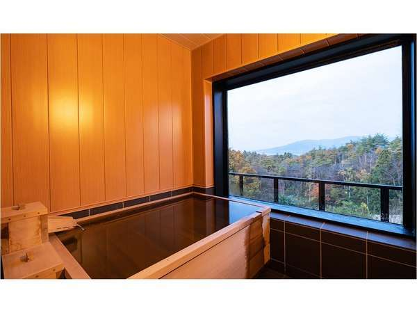 全室100%源泉かけ流し檜内風呂 晴れた日は遠くの景色まで綺麗に見えます
