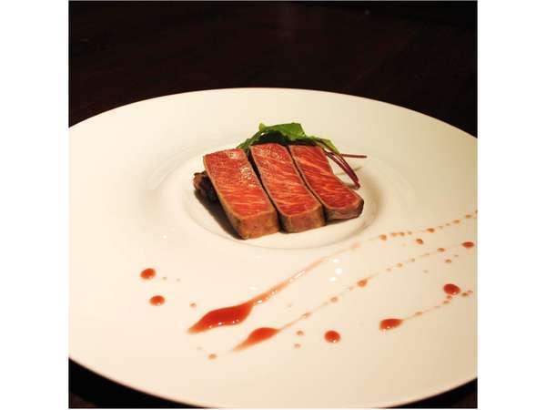 メインのステーキは、国産黒毛和牛を使用しております。