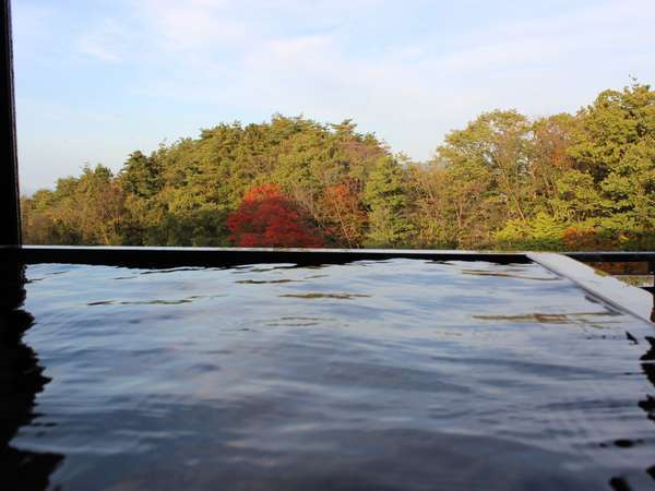 全室100%源泉かけ流し檜内風呂外の景色を眺めながらのご入浴をお楽しみください