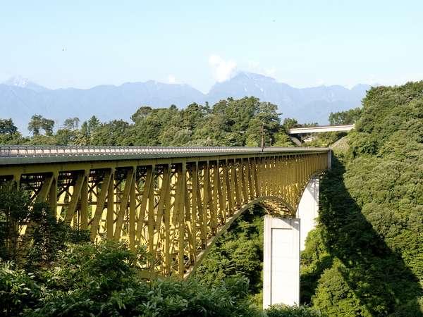 八ヶ岳高原大橋 ここを渡ると清里が始まります。森を見下ろす珍しい景色です。