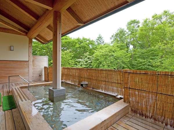 樹齢250年の秋田杉の矢倉と総檜で作られた温泉露天風呂。木の香りに包まれながらお肌つるつる♪