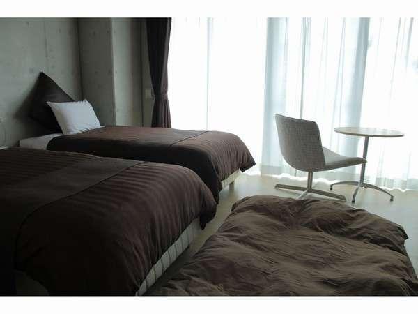 ツインベッドルームに布団セット一組を敷くとこんな感じです。