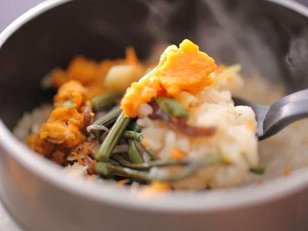 お料理の最後まで海幸三昧。ホクホクのウニ釜飯目当てのリピーターも(ウニ釜飯付のプランをご確認下さい)