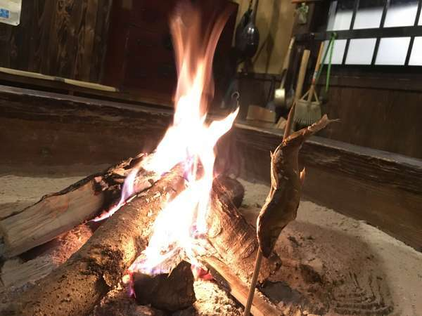 フロントのある母屋へ入ると大きな囲炉裏が出迎えてくれます。冬は鮎や地鶏を炭火焼しますよ!