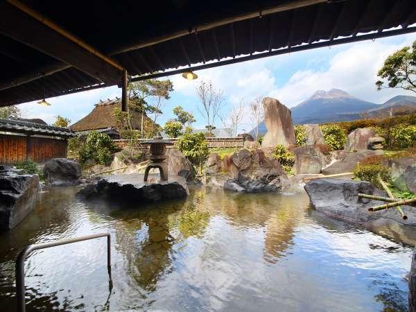 【大浴場露天】雲海の湯。とっても広い大浴場から見る由布岳は圧巻