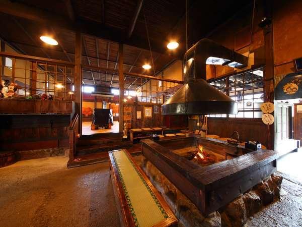 ノスタルジックな空間。和の趣き溢れる当館のフロント兼お食事処。大きな囲炉裏は寒くなると火入れします♪