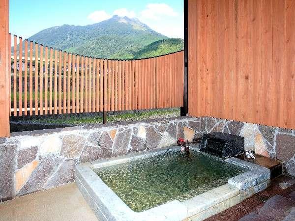 由布岳を望む客室の半露天風呂