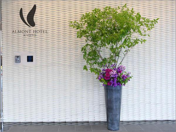 エントランスや館内に生花を飾っています