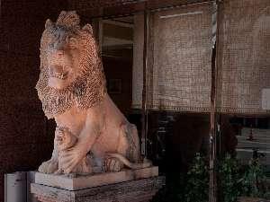 ホテルNo.1グループの象徴です。ライオンの像がお出迎え。