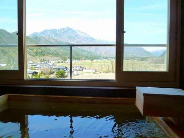 開放感抜群の客室露天風呂からは、大町の里山風景が一望できます♪